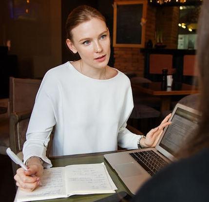 Prestamista ayuda a su cliente a elegir un préstamo online